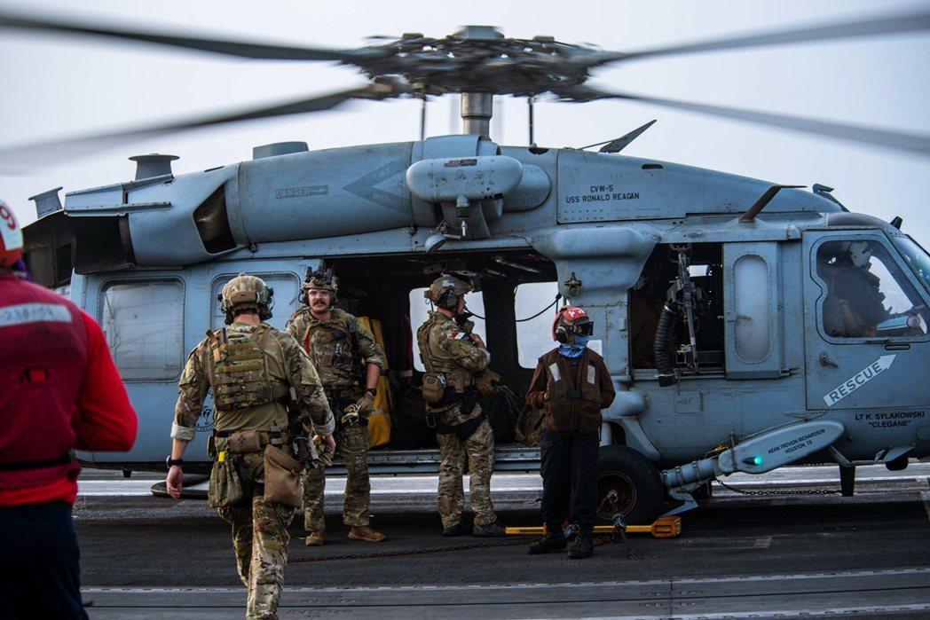 7月30日,接獲美世大街號求救訊息的美軍從雷根號航空母艦登上海鷹直升機。 圖/路...