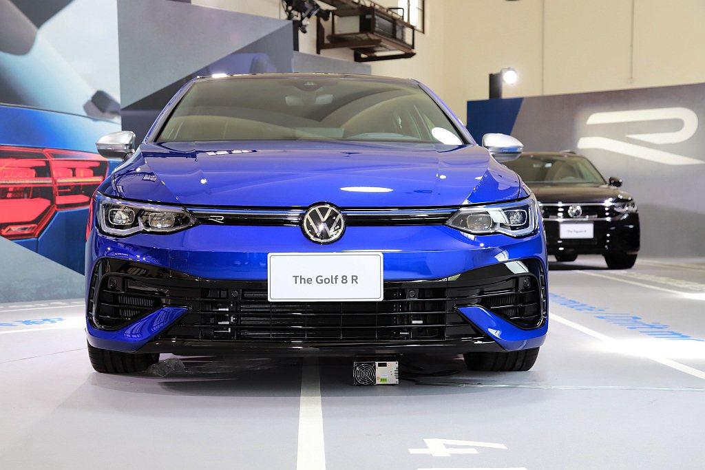 台灣福斯汽車導入全新第八代福斯Golf R高性能車型,還同步亮相2022年式Ti...