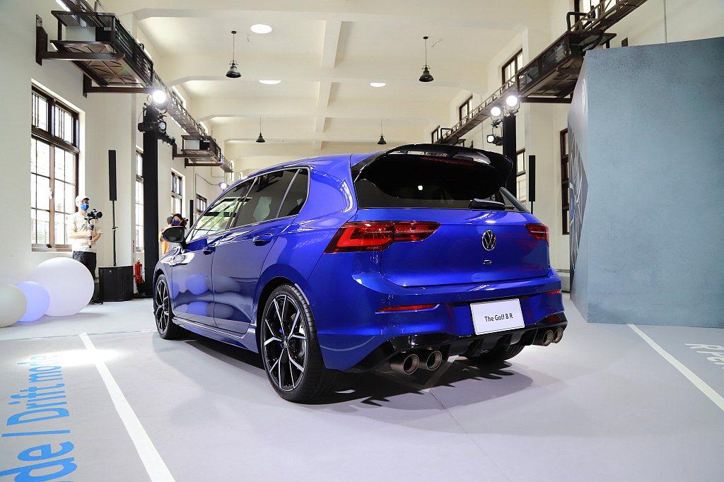 福斯Golf 8 R尾門具備黑色大型後下擾流、廠徽下R徽飾和專屬運動化四出尾管,...
