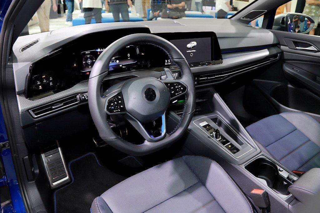 福斯Golf 8 R/R Variant車室同樣展現跑格靈魂,包含R專屬運動化真...