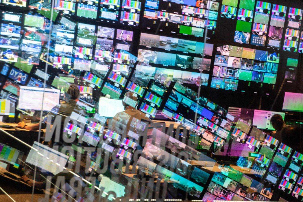 圖為奧林匹克廣播服務公司(Olympic Broadcasting Services, OBS)轉播2020東京奧運的主控台和螢幕。 圖/法新社