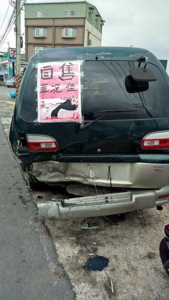 網友PO出一張販售二手車的照片,後保險桿被撞爛,大家在底下幽默表示「車都笑了」。圖擷自爆廢公社公開版