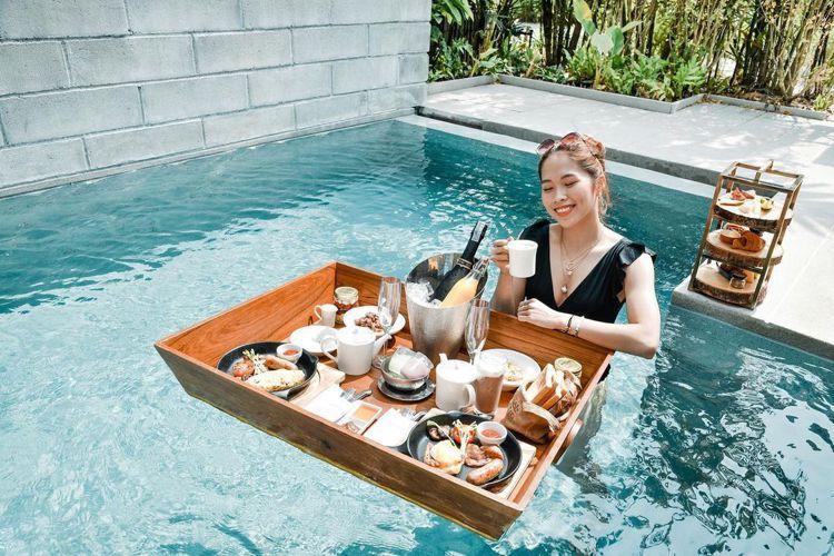 依瑟儂在芭達雅X2 Pattaya Oceanphere海景公寓享用度假中的餐點...