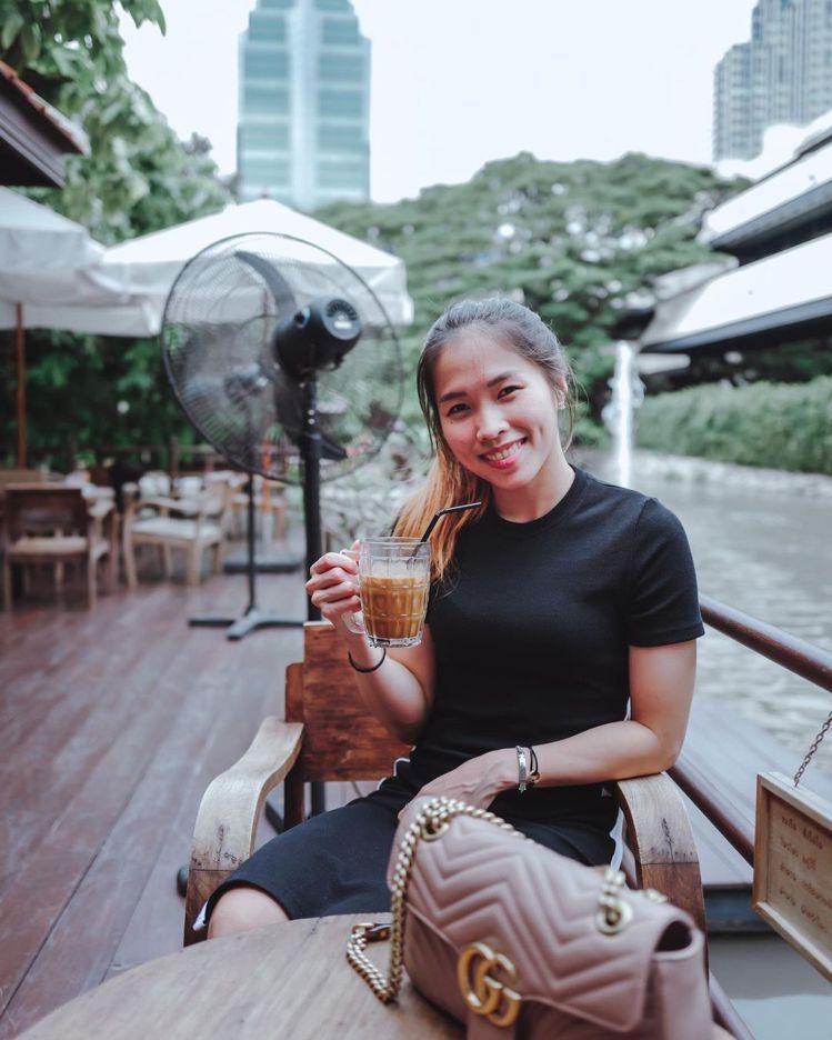 依瑟儂選用裸粉玫瑰色GUCCI手袋,在古老的Samantao咖啡館享用午茶時光。...