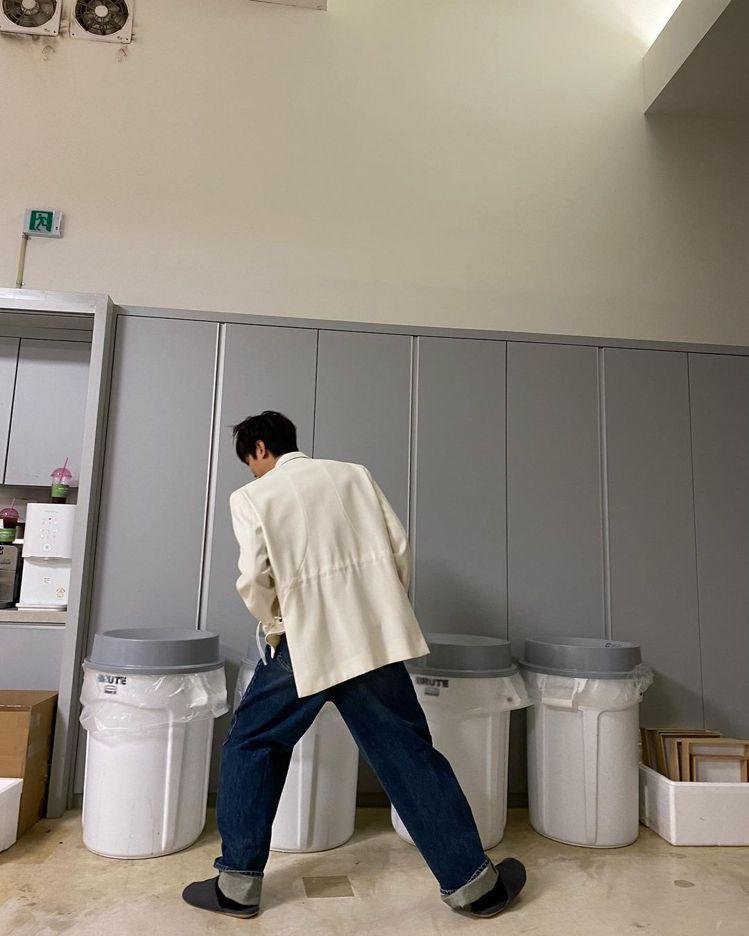 李敏鎬搞笑的PO了在資源回收桶前選擇困難症的照片三連發,背影還是他標誌性的大長腿...