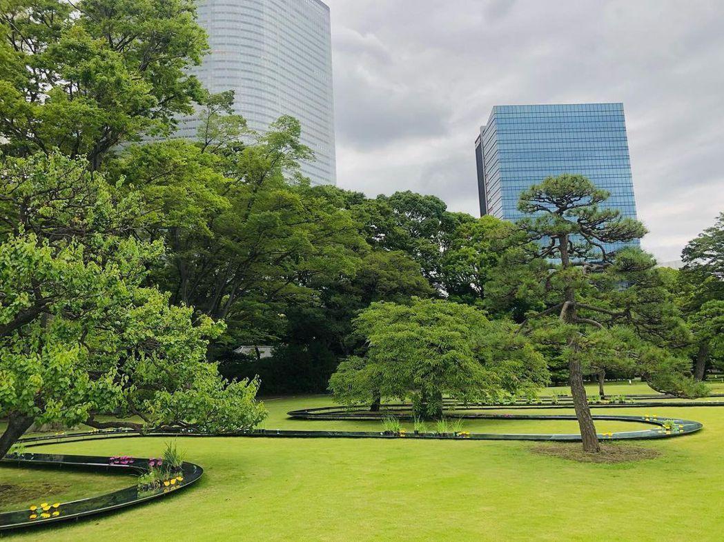 濱離宮庭園位於東京灣旁,另一邊是新穎大樓,呈現現代與過去的歷史教會。圖/摘自Pa...