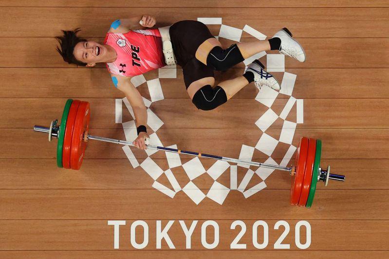 東京奧運今晚閉幕,本屆中華隊的好表現讓全台灣陷入體育熱潮,讓我們一起回顧這些感動瞬間。圖為舉重選手郭婞淳奪金後挑戰自己的挺舉世界紀錄,雖然失敗倒地但露出微笑的一幕。法新社