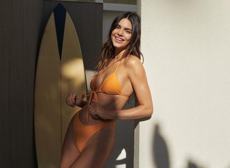 坎達爾珍娜知前和德國店商推出限時商品,其中一套泳衣她詮釋了多次,散發夏天陽光的氣...