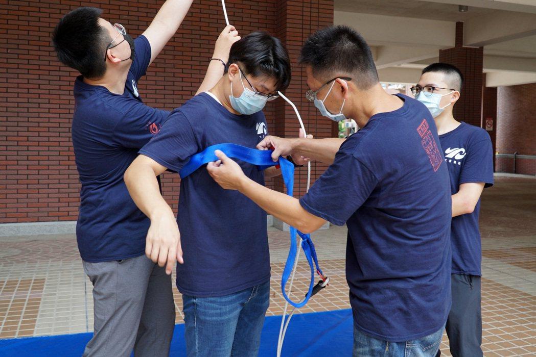 大葉大學消防學程師生介紹垂降安全帶。