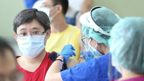 台北榮總為預約民眾打疫苗。記者邱德祥/攝影