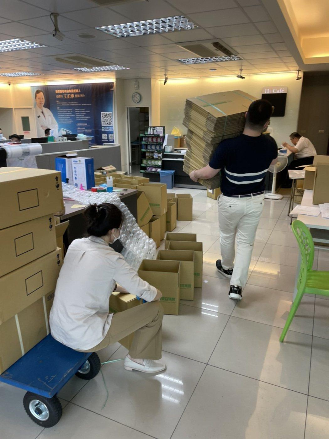 藝群保養品單日網購超過1萬多瓶保養品,數量驚人,員工全部出動,緊急撿貨、包裝與出...