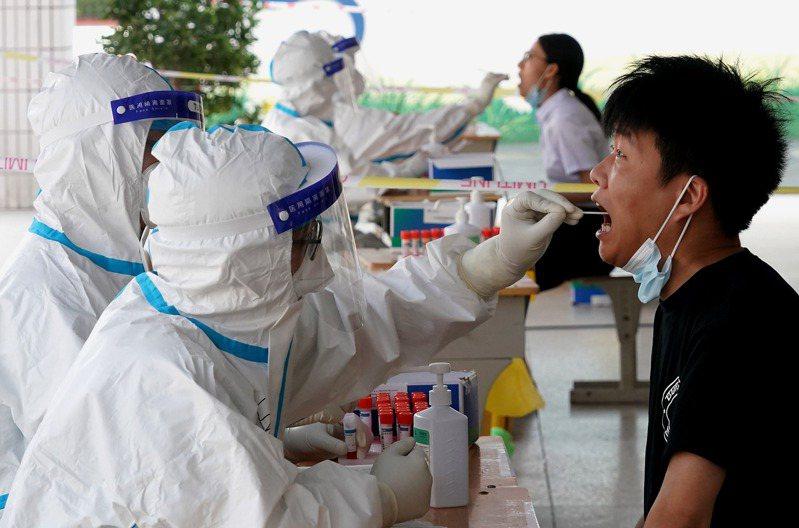 才遭暴雨肆虐的中國河南省鄭州市,近日又爆發COVID-19本土疫情,而且是傳染力最強的Delta變異株。 新華社