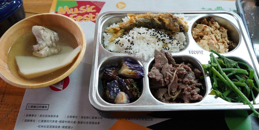 疫情期間不便使用桌餐,部落提供個人餐盒。