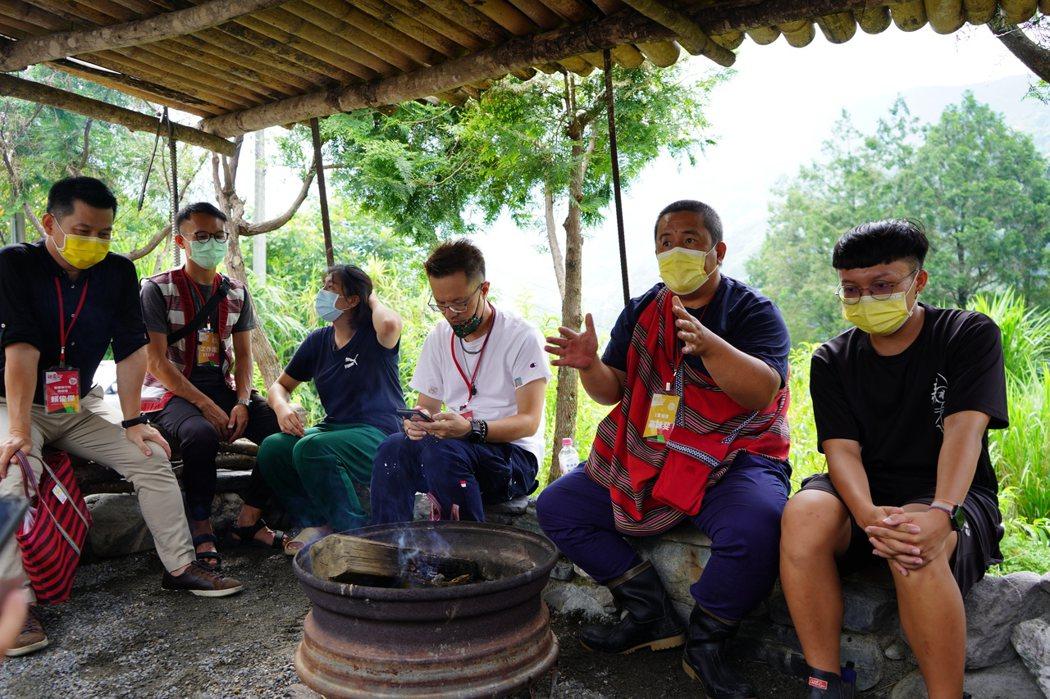 圍火議事是部落中解決歧見的方式,做出結論後共飲一杯前嫌盡釋。