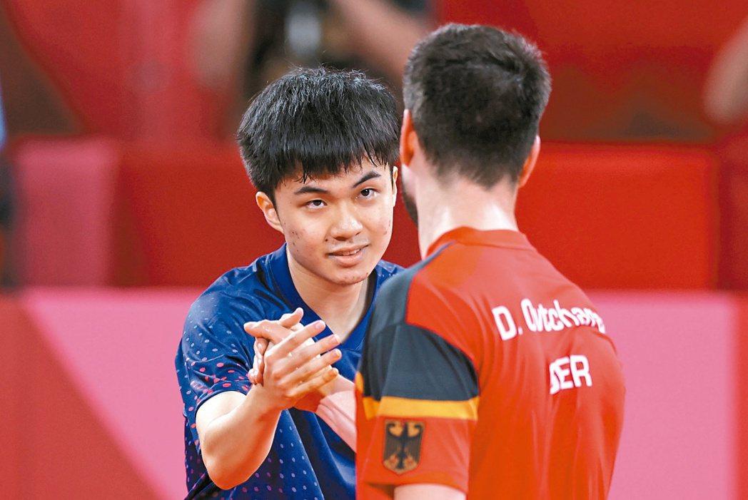 我國桌球男團昨天在東京奧運八強賽不敵德國,林昀儒(左)獨拿兩點,並打敗曾在男單銅...