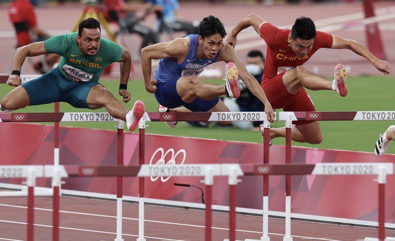 我國好手陳奎儒(中)晉級東京奧運男子一一○公尺跨欄準決賽,是台灣近卅七年第一人。特派記者余承翰/東京攝影