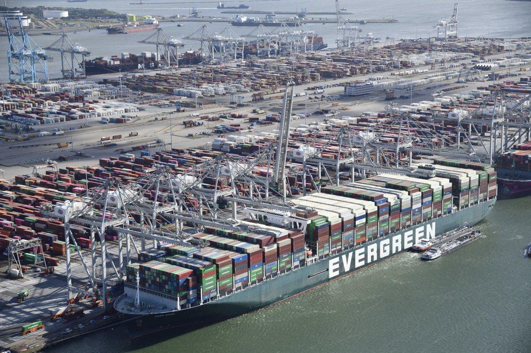 長賜輪(Ever Given)停靠鹿特丹港時,先卸下18,300個貨櫃,再載上新...