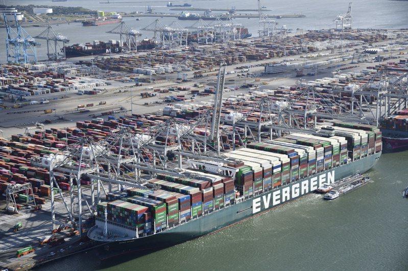 長賜輪(Ever Given)停靠鹿特丹港時,先卸下18,300個貨櫃,再載上新一批貨櫃。  歐新社