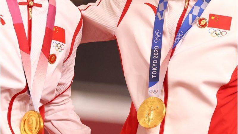 國際奧委會表示,正在調查兩名在頒獎典禮上佩戴印有中國前領導人毛澤東像的徽章的中國...