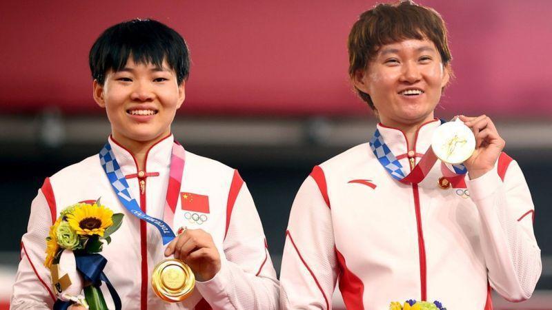 中國的鍾天使、鮑珊菊組合2日在自行車女子團體競速賽中奪金,兩人在頒獎典禮上時,被...