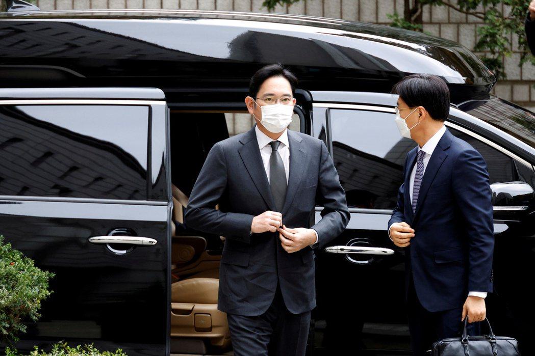 三星集團李在鎔去年11月到達首爾法院的檔案照片。  路透