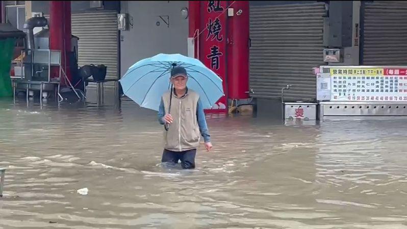 日前西南氣流帶來豪大雨,嘉義縣新港鄉累積降逾300毫米,全台最多雨量,奉天宮前中山路變成河流。圖/奉天宮提供