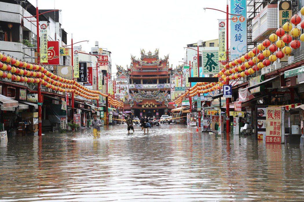 日前西南氣流帶來豪大雨,嘉義縣新港鄉累積降逾300毫米,全台最多雨量,奉天宮前中...