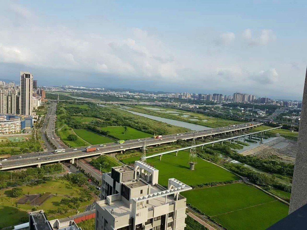 竹北市吸引大量科學園區工作人口,為竹北市帶來人口成長、提高住民所得水準,也帶動房...