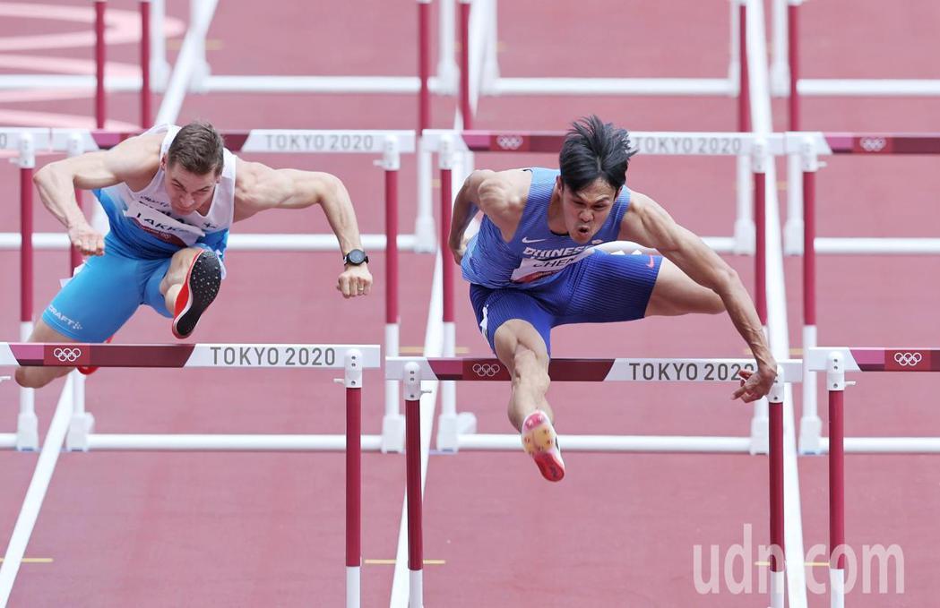 我國田徑好手陳奎儒(右)今天在東京奧運110公尺跨欄準決賽亮相,跑出13秒57的...