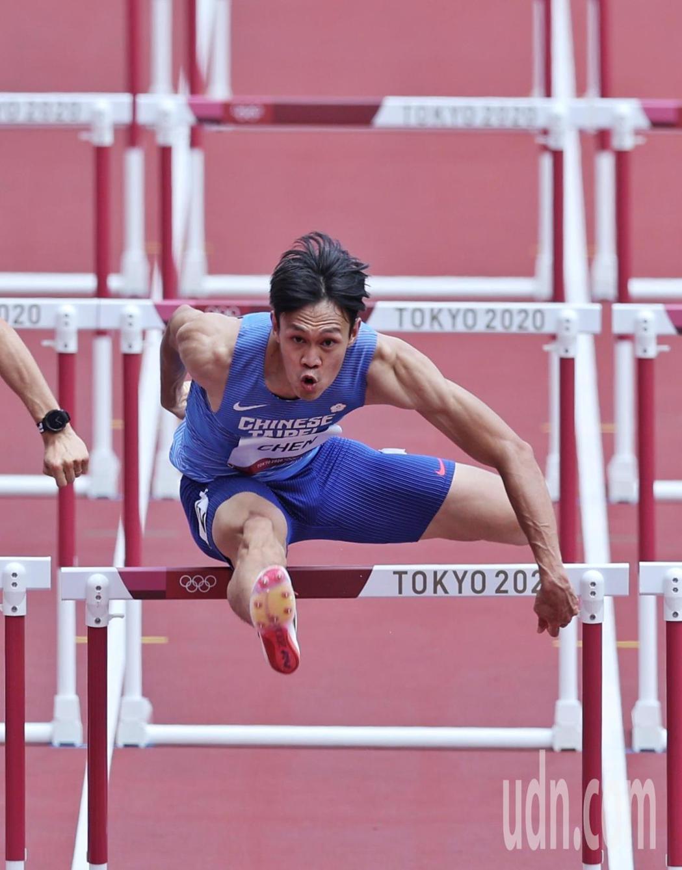 我國田徑好手陳奎儒今天在東京奧運110公尺跨欄準決賽亮相,跑出13秒57的成績,...