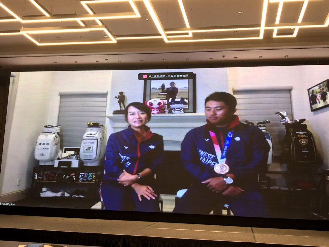 潘政琮(右)與妻子林盈君(左)宣布將捐出苗栗縣提供的100萬奪牌獎金,用於回饋地...