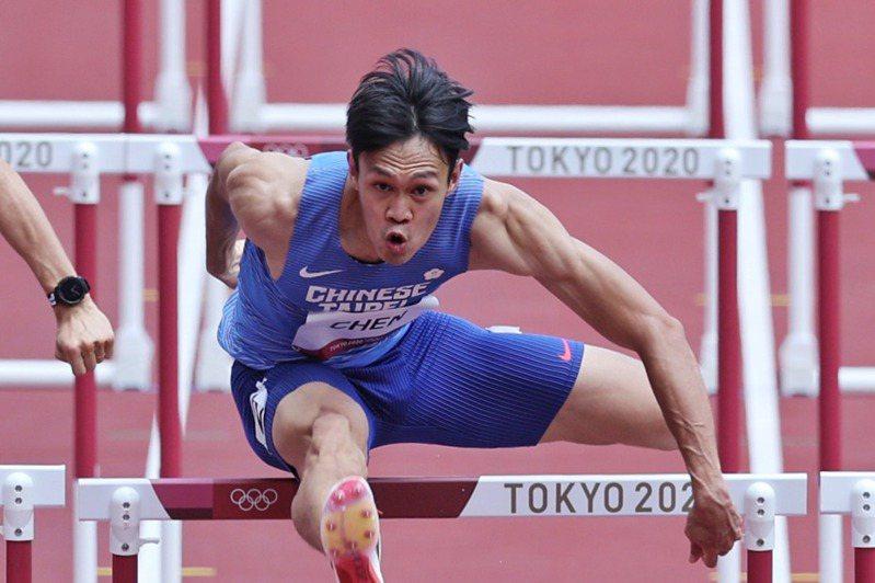 陳奎儒(右)準決賽跑出13秒57,排分組第6,無緣決賽。特派記者余承翰/東京攝影