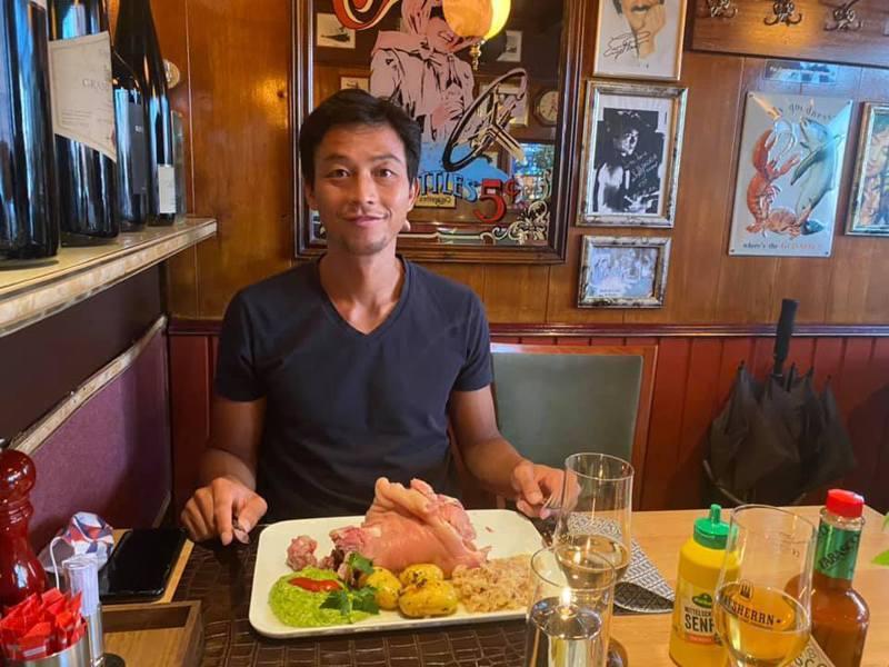 盧家兄弟走到哪吃到哪,能在西式餐點之外嚐到亞洲料理如越南牛肉河粉、韓式泡菜拌飯就偷笑。這一餐,吃德國北部的淡色燉豬腳。圖/取自盧威儒個人臉書