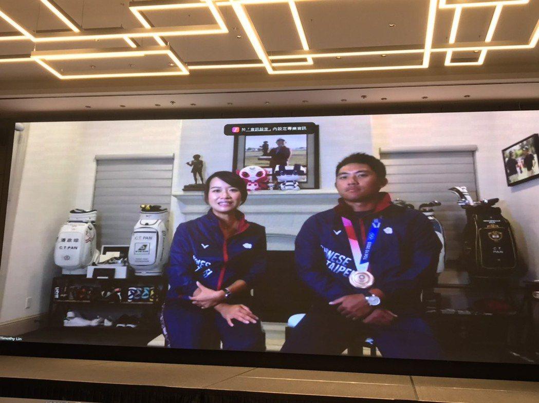 潘政琮(右)與老婆林盈君(左)暢談奧運奪牌趣事。記者劉肇育/攝影