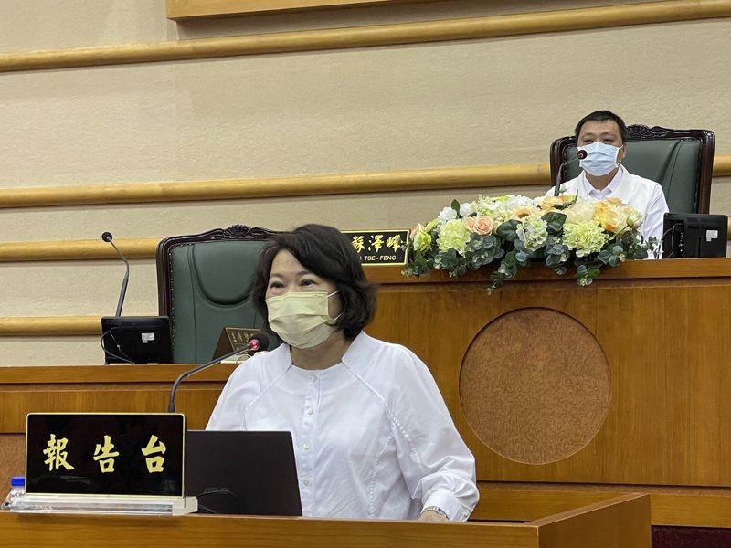 嘉義市長黃敏惠(左)對於餐飲業禁內用等提升防疫措施管制,後天到期是否能解除,或延長,今表示縣市會一起討論。記者林伯驊/攝影