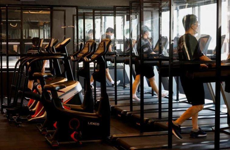 台大公衛學者今天針對重啟健身房防疫作為分析。圖/路透