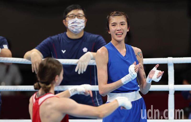我國拳擊好手黃筱雯(右)今天在東京奧運女子51公斤級四強戰不敵土耳其好手恰基羅格魯(Buse Naz Cakiroglu)(左),以銅牌作收。特派記者余承翰/東京攝影