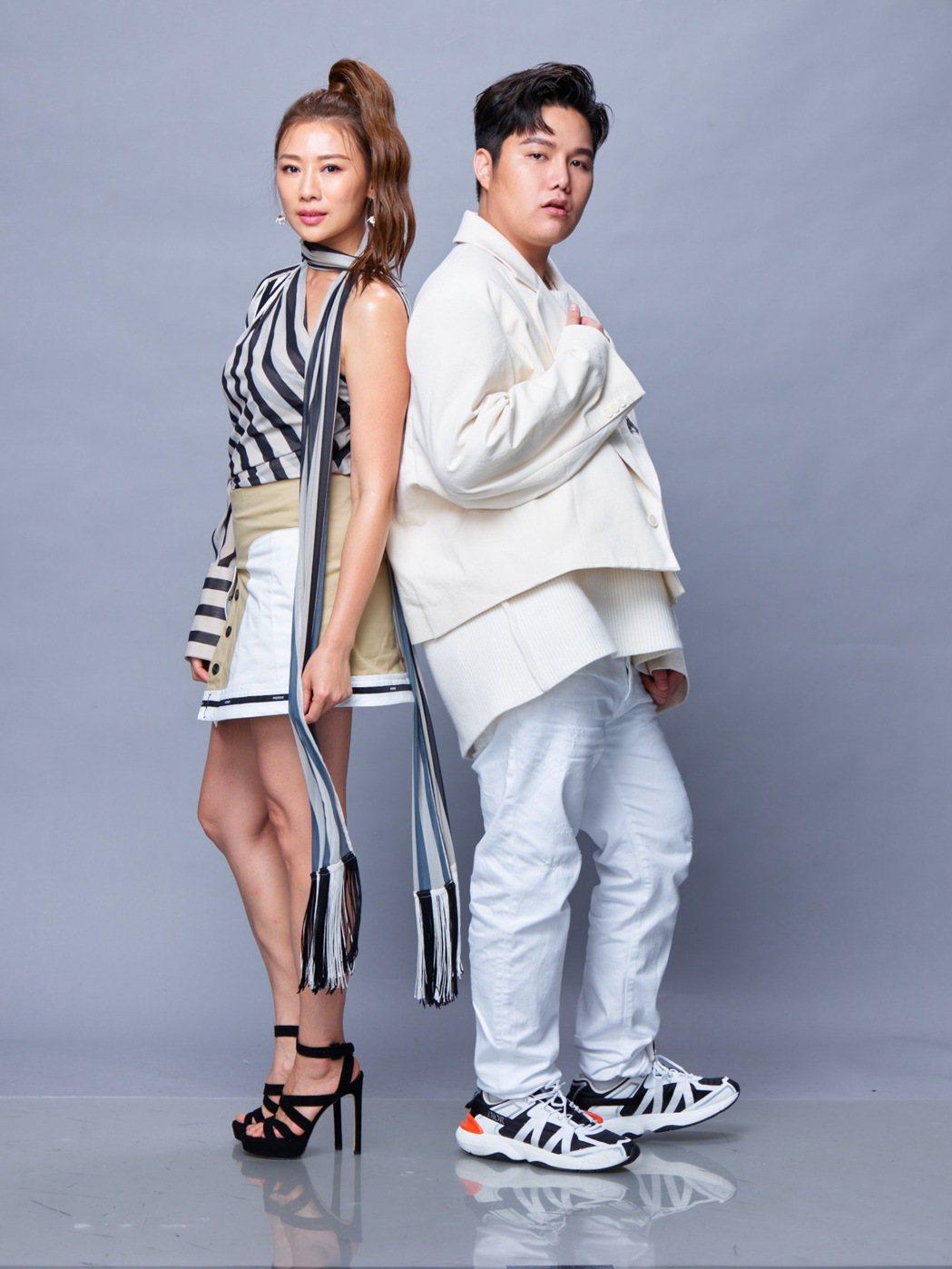 連靜雯(左)和蘇友謙集資捐贈3千支快篩試劑。圖/友恆國際提供