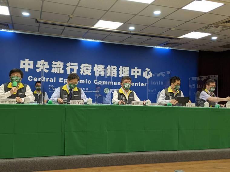 中央流行疫情指揮中心8月4日14時記者會出席名單,第一排由左到右中央流行疫情指揮...