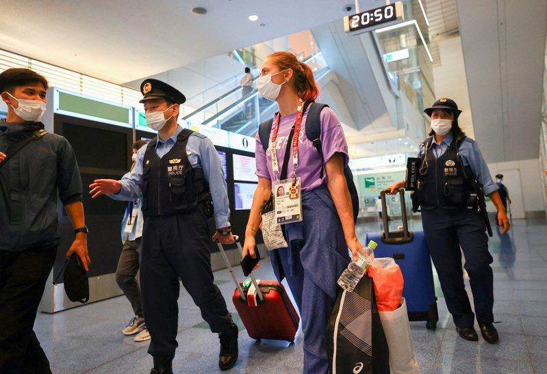 白俄羅斯選手狄文諾夫絲卡耶1日在羽田機場向日本員警尋求保護。路透