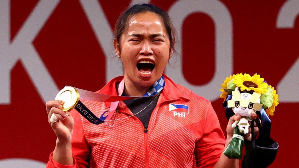 狄亞士替菲律賓奪下奧運首金後非常激動。路透