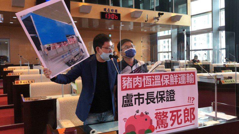 民進黨議員林祈烽(左)施志昌指出,民眾爆料影片,清楚可見豬肉掛在大貨車車斗上,完全沒有密閉運送。記者陳秋雲/攝影