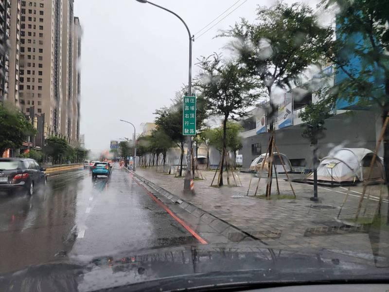 新竹市部分道路下午因大雨淹水,市府獲報後緊急拉警示帶封鎖車道,初判是垃圾雜枝堵塞入水孔,導致大雨來不及宣洩,造成機淹水,經緊急排除已經陸續退水。圖/新竹市政府工務處提供