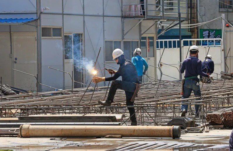 勞動部職安署日前公布109年勞檢年報,109年職災千人率為2.549,較108年...
