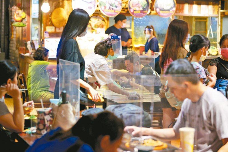 三級警戒長達2個多月,在內用禁令下,外送成為餐飲業者的浮木,但也衍生不少爭端。圖為雙北開放內用,美食街消費力回溫。記者林澔一/攝影