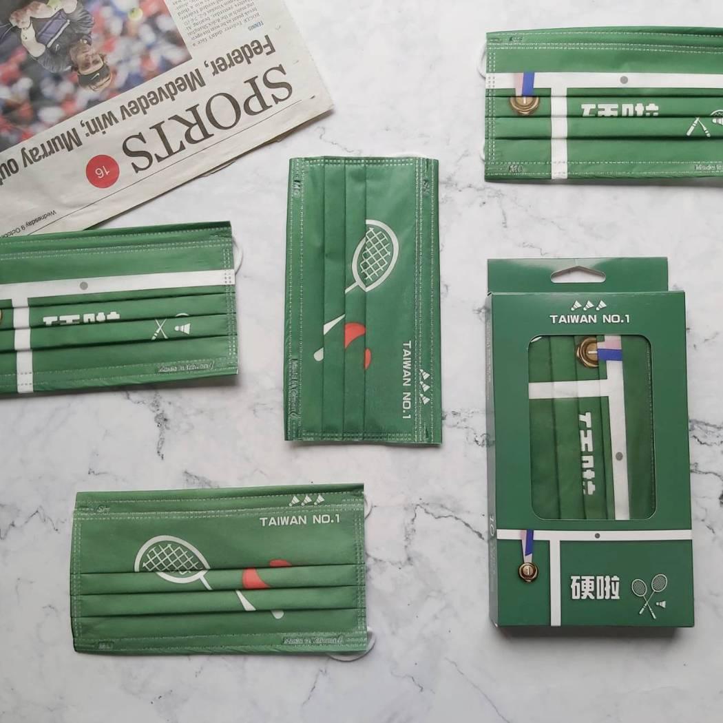 「上好生醫醫療防護口罩-台灣好棒(羽球)」,每盒10入,內含聖筊5片、硬啦5片。...