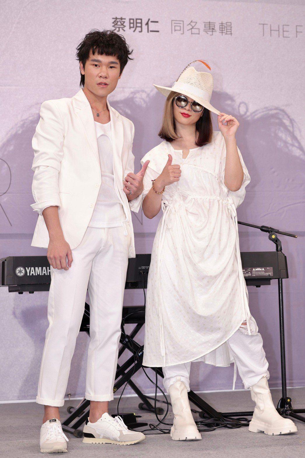 蔡明仁(左)推出首張個人同名專輯,?te壞特現身打氣。記者李政龍/攝影