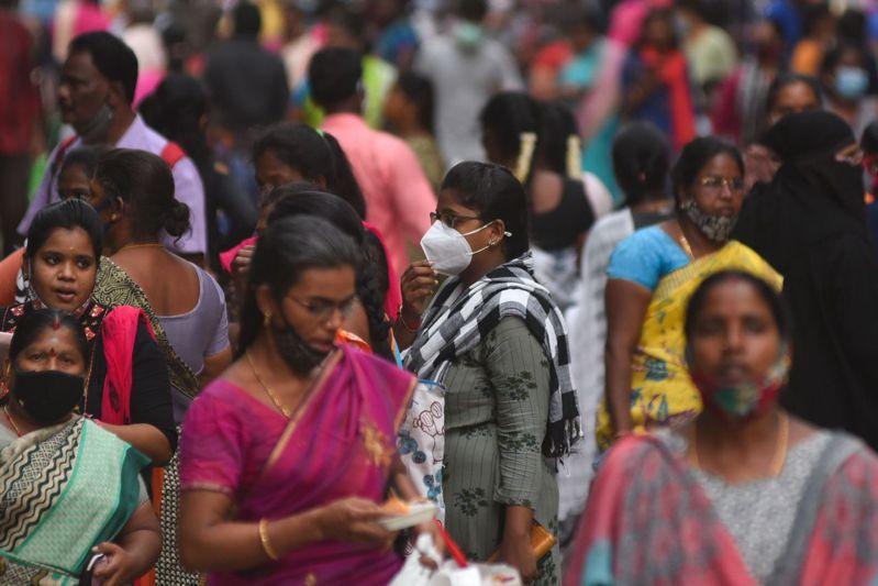 隨著防疫限制放鬆,印度民眾逐漸恢復平常生活,但近來新冠肺炎單日新增確診病例數再度躍升,令人憂心第三波疫情再起。歐新社