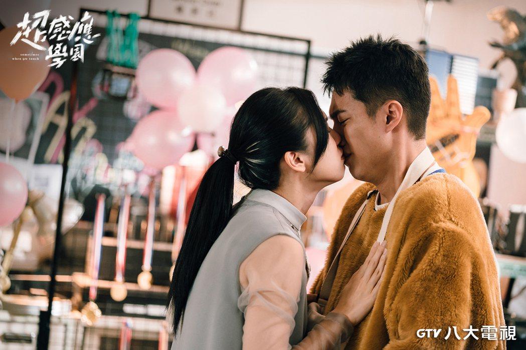 劉奕兒(左)、蔡凡熙在「超感應學園」中有段揪心虐戀。圖/八大電視提供