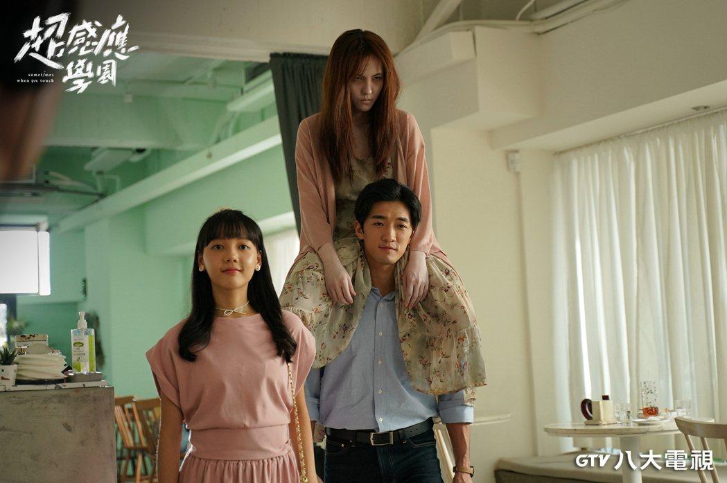 魏蔓(右起)在「超感應學園」飾演鬼新娘,跨坐在鍾政均身上難度高,旁為林思廷。圖/...